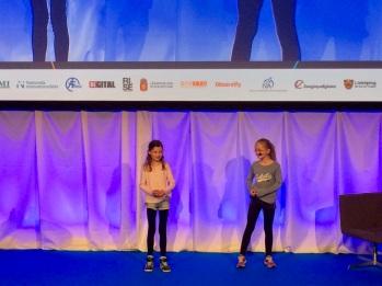 Två barn på scen inviger Innovationsrikdagen 2017