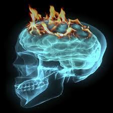 En hjärna som röntgenbild i turkost, eldflammor slår upp från toppen