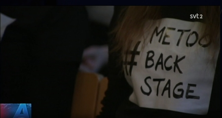 Närbild på svart tröja med vit ruta met texten #metoobackstage i. i övre högra hörnet logotyp för SVT2